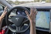 Carro da Tesla com piloto automático ligado